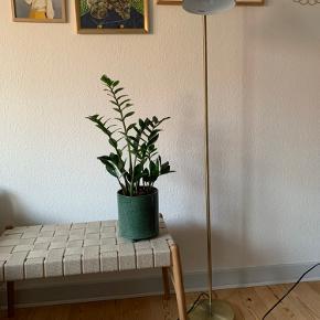Jeg sælger denne gulvlampe fra Broste Copenhagen i metal/messing, som jeg fik sidste jul. Den er så god som ny - ingen ridser. Modellen hedder CIMAL og koster oprindeligt 1400 kroner. Selve hovedet kan drejes rundt og stikkontakten er sådan en, man kan tænde med foden på gulvet. Den nuværende pære medfølger.  Ø22XH154CM E27 MAX 28W