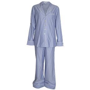 Pyjamas bluse i str. 4, vil mene det svarer til en 40/42. God men brugt :-) Har også bukser til hvis det kan have interesse, men de er syet op og ind (de var meget store og utroligt lange for størrelsen).
