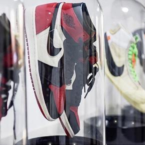 Spar 115kr. KUN i denne weekend!  Disse fede sneakerdisplays kan nu købes! De eneste i Danmark, og billigste på markedet. De sendes selvfølgelig forsikrede, så alt spiller som det skal. 🙌 Har du et par fede sko og dyre sko, er dette display det rette valg. 🙌 Displayets mærke er Sneakerbokse.dk. Prisen er 515kr.  Ønsker du at købe flere? Spar 10% på nr. 2, og 20% på nr. 3 😎   Sneakerboks  Sneakerbox Sneaker display  Opbevaring  Sko Sneaker