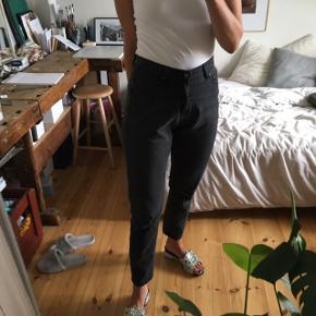Cheap monday jeans. Grå.  Waist 29, længde 32  Model: DONNA HAZE  69% cotton  29% polyester  1% viskose