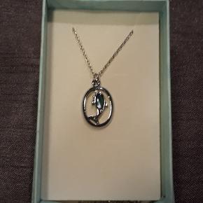 Halskæde i stål, 44 cm lang, vedhæng i stål med blålige sten, måler 1.2 X 2 cm.  Halskæden leveres i gaveæsker og kan sendes for 10 kr med Post Nord, almenlig brev.