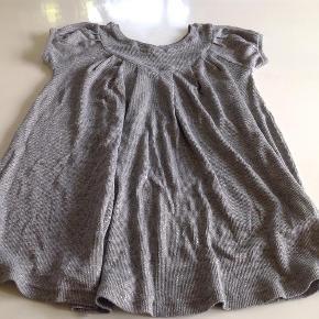 Varetype: Tunika Størrelse: 8 år Farve: Se billede Oprindelig købspris: 400 kr.  Den skønneste tunika i lækkert strik, den er bare så skøn:-)  Bytter ikke og prisen er fast:-)