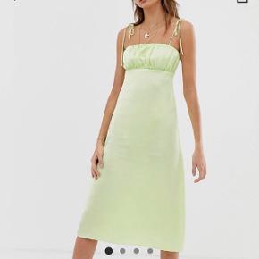 Lækker og let mintgrøn kjole fra Reclaimed Vintage købt på ASOS. Købte den til at bruge som gallakjole, men har fundet en anden, så den er aldrig brugt, kun prøvet på💕 Bemærk at den er en smule gennemsigtig i noget lys, men en underkjole eller hudfarvet undertøj klarer jobbet👍🏻 Str 34 (fitter mig perfekt og er 164 cm/str xs-S) Byd endelig😁
