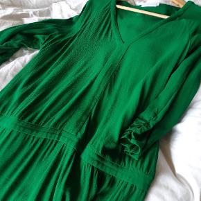 Flot græsgrøn kjole. Str 42, men oversize så god plads i denne. Brugt få gange. Sender gerne med GLS for 39. Røgfrit hjem.