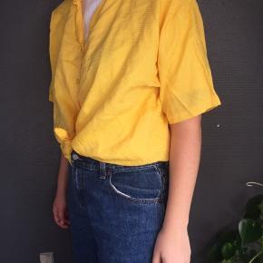 Lækker, gul vintageskjorte i str. L. Ses på en small