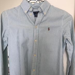 Skjorten er købt i USA og brugt 2-3 gange. Der er en lille plet nederst på bagsiden, se billedet.