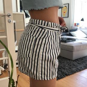 Shorts fra zara (lidt store i det) np 150 mp 50.