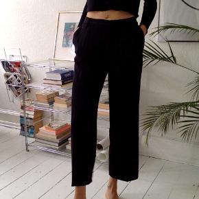Klassiske VINTAGE bukser  med sort med hvide striber!  Dejligt blødt materiale. Mærke ukendt.  Kan passes af både str. 34-36-38