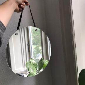 Fint lille rundt spejl med læder strop. 30 cm. I diameter
