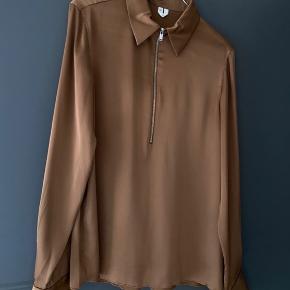 Sælger denne fine silkelignende skjorte fra ARKET. Falder så flot og i virkelig lækker kvalitet.