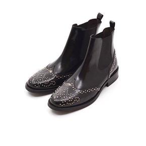 Rigtig flotte og næsten ubrugte læderstøvler fra Billi Bi. Man kan kun se lette brugsspor under sålen.  Meget behagelige at have på.