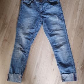 Fede jeans med opslag. Er i str. 30/30. Meget pæne og velholdte.  BYD gerne og kig forbi mine andre annoncer og spar penge også på portoen 😉