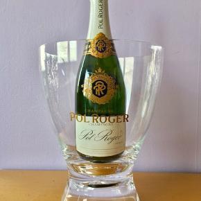 19-70. Pol Roger Champagnekøler. Ægte fransk fra hæderkronede Champagne producent. Lavet af Italesse, Italien i transparent hårdt akryl plexiglas.  Plads til 0,75L eller Magnum 1,5L flaske.  H: 26 cm. Ø: 20,5 cm. Bund Ø: 13,5 cm. 980 g.  Sælges kun 699kr.   Perfekt til alle store fester/begivenheder som et festligt indslag: nytår, fødselsdage, dimission, studenterfest, svendegilde, bryllup, konfirmation, fernisering, reception, åbningsevent, gallapremiere & romantisk hyggeaften/middage med kæresten en varm sommerdag.  Gaven til ham/hende som har alt.   Fra røgfri, børnefri & dyrefri hjem. Flasker følger IKKE med. Se mine andre annoncer: flasker op til 15 L, champagnesabler & Champagnekølere. Kan skaffe andre typer, så spørg om det.