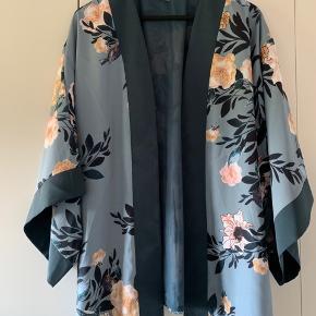 Lækker blomstret kimono med flagermus ærmer i 3/4 længde.