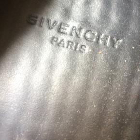 Givenchy espadrille. Kan ikke finde str men skyder dem til en 41/42. De måler 27/28 cm indvendig. Se skal have nye såler