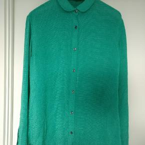 Skjorte i fed farve og med tekstur i stoffet. Lavet i et blandingsmateriale se sidste billede. Str. 46 = 38. Mp 500