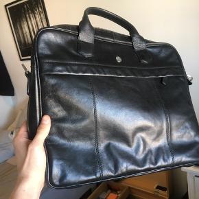 """Brugt få gange. Ægte læder. Velegnet som business taske og plads til 15"""" pc/mac.  Saddler er et ældre mærke som producerede tasker samme sted som Tiger Of Sweden.  Skulderrem medfølger!"""