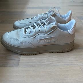 Desværre er disse lækre sko for store til mig, så derfor sælges de. De har været brugt 4 gange, men kan simpelthen ikke gå rundt i for store sko...