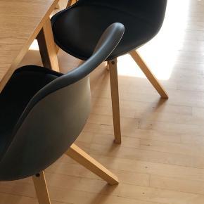 8 stk. Fusion spisebordsstole sælges. 6 ens og 2 af nyere model, da modellen blev ændret lidt på i mellem bestilling 1 og 2.   Forskellen er, som vist på billede, at normalt er skruerne sorte og benene i mørkere eg. På de nye er benene lidt lysere eg, og de har sat sorte dutter på skruerne. Dette er dog ikke noget der ses når stolene står samlet. (Lyset på billederne varierer pga. af sollys)  - Stolene er 1,5 år gamle - Sidde højden på stolen er 46 - Træben - Skallen er af plast - Sorte kunstlæder sæder på hver stol  Så de er dejligt nemme at holde rene.   NYPRIS FOR 8: 4400,-  DIN PRIS FOR 8: 2500,-   Stolene fejler intet, og vil være sprittet af ved afhentning på Amager. For at undgå mindst mulig kontakt mellem køber og sælger, foregår betalingen foregår via MobilePay.   (Ønskes flere billeder, kan dette fremsendes)