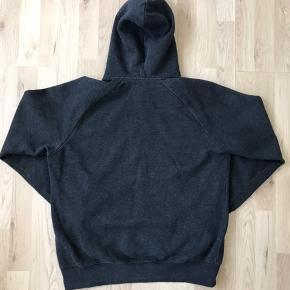 Carhartt hættetrøje  Str. L Farven er meleret grå.  Brugt nogle gange, er dejlig blød i stoffet og fejler absolut intet!