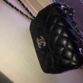 Super lækker Chanel taske, i en lille størrelse sættes til salg igen (replicia)   Np : ? Mp : 300 men er åben for bud :)