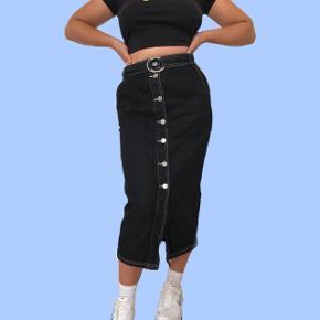 Lang denim nederdel med bælte Str. L 200 kr.  Sender med DAO  Bytter ikke  Køber betaler for fragt