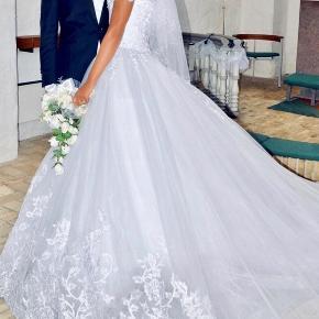 Jeg sælger min brudekjole, den er et år gammel. Det lange slæb er blevet lettere beskidt efter bryllupsdagen og trænger kun til og komme til rens. Derfor er prisen så lav.   Kjolen kommer med petticoat (underkjole) som bruges under kjolen der gør den stor.  Ny pris: 18 000  Kom med et BUD