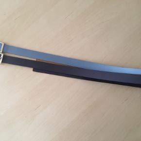 2 bælter fra esprit, str. 85 cm, 1 blålilla og 1 ml.blå, Skind. Det mørke brugt flere gange, det mellemblå 1 gang. Bredden er 2,3 cm. Skind Sælges samlet billigt.