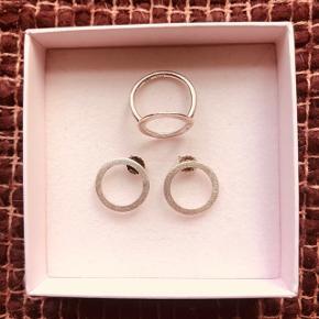 Pernille Corydon Open Coin øreringe og ring i oxyderet sølv.  Øreringe 200kr Ring 200kr  Samlet 350kr