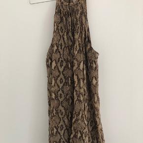 9da0ec04dc51 Perfekt sommerkjole   festkjoler i slange print med bar ryg og tynde  stropper