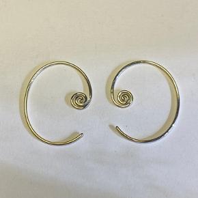 Skønne snail spiral Earrings i sølv - kun prøvet på - nypris 450 stk/900 pr par Sælger desuden trine Tuxen hoops 2 - i sølv og forgyldt sølv