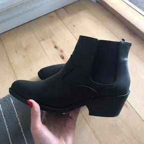 Købt for 249kr.  Disse støvler er blot brugt én gang! Da de simpelthen er for små, bliver jeg nødt til at sælge dem.  Tag et kig og byd endelig 💃🏽