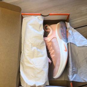 Nike Joyride Run Flyknit sko - aldrig brugt og stadig i æske.  Små i størrelsen