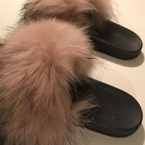 Brand: Hype Varetype: Slippers Farve: Sort Oprindelig købspris: 800 kr.  Helt nye flip-flop med pels - købt i Nystrup&Øskov (for store til mig) Nypris 800 kr.