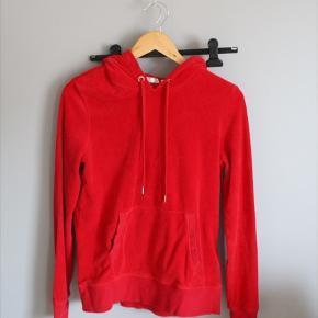 sælger denne røde hoodie i velour, fra h&m, er blevet brugt et par gange, og har ingen skader. den er super sød og blød, og kan styles på mange måder(:  #30dayssellout