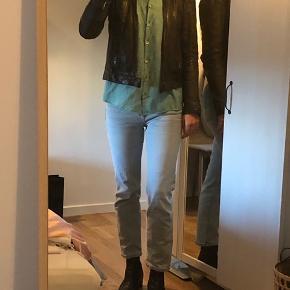 Lækker læderjakke i 100% lammelæder. Tror det er modellen Karla, men står ikke i jakken. Brugt meget, hvilket man kan se på læderet, sælger derfor billigt. Svarer til str s/m :)