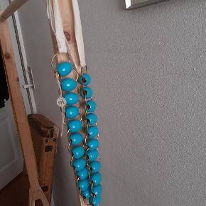 Er faktisk aldrig brugt, men der er små misfarvninger på få perler.