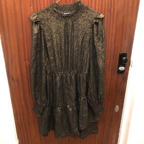 """Kjole fra Gina Tricot - sort med """"metallic/guld""""-agtigt mønster. Den er brugt få gange, og standen er derfor rigtig fin🎀 Det er en str. 36, men vil også passe en 38/medium :))"""