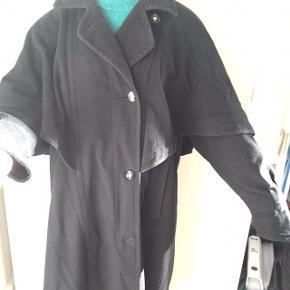 Flot sort frakke af mærket Lodenfrey. Den er arvet fra min farmor og jeg gætter på det er en størrelse L eller evt M. Den har den fineste lille overkappe, håber man kan se det nok på billedet.