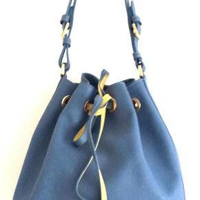 Lækker Louisa Spagnoli safrino læder buckle taske, brugt få gange. Mål: H28 B23 D 16 Betaling via Mobilepay foretrækkes.  Taske Farve: Blå Oprindelig købspris: 3600 kr.
