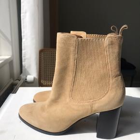 Aldrig brugt, men skoene har mindre mærker efter prøvning. Ikke noget man lægger mærke til - kan sagtens sende billeder❤️
