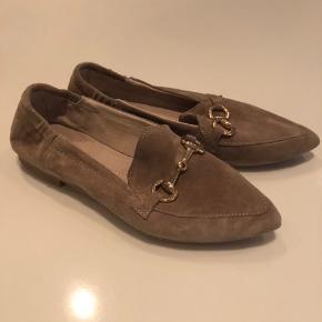 Skoene har kun været brugt én gang og er som nye. Kom gerne med et bud.