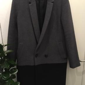 Smuk frakke fra DAY Str xs Kun brugt til pæn brug.. Sendes på købers regning