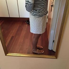 Brand: Club Monaco Varetype: Nederdel Farve: Creme Oprindelig købspris: 1400 kr. Prisen angivet er inklusiv forsendelse.  Talje med elastik 40 cm.        Længde 45 cm.