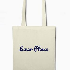 Tasken til det hele. I denne klassiske taske af jute kan du så let som ingenting transportere alt lige fra dine indkøb til skoleting :D   Stroplænge: ca. 30 cm Rumindhold: 10 liter Let stofkvalitet: 140 g/m² Materiale: 100% bomuld  @Lunar_phasee