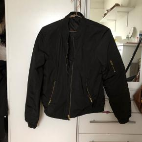 Bomber jakke brugt få gange😊