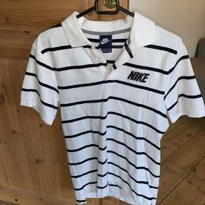 Nike polo/t-shirt til salg. Brugt 1 gang. Så står som ny.