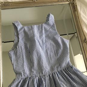 En smuk kjole fra American Apparel jeg aldrig får brugt da den desværre er for lille for mig...   Købt second hand så den har blevet brugt, dog er det ikke særgligt synligt!  💕 Størrelsen i kjolen står som S, men jeg ville sige at den er mindre end en almendlig S-størrelse og nok tættere på XS 💕