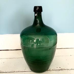 Retro gulvvase i grøn, mange år gammel. Ca 44 cm høj målt indvendigt. Kan afhentes på Nørrebro. Stråene kan medfølge for 15,- (nypris 68,-)
