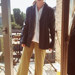 SMUK SMUK SMUK vintage blazer fra Paris. Fineste kvalitet i 100% læder. Fejler absolut intet. Der står str 44 i jakken, men den passer ift ønsket fit. Jeg er selv en str M og der kan på billederne ses hvordan den fitter mig. 🐆🌞✨🌷